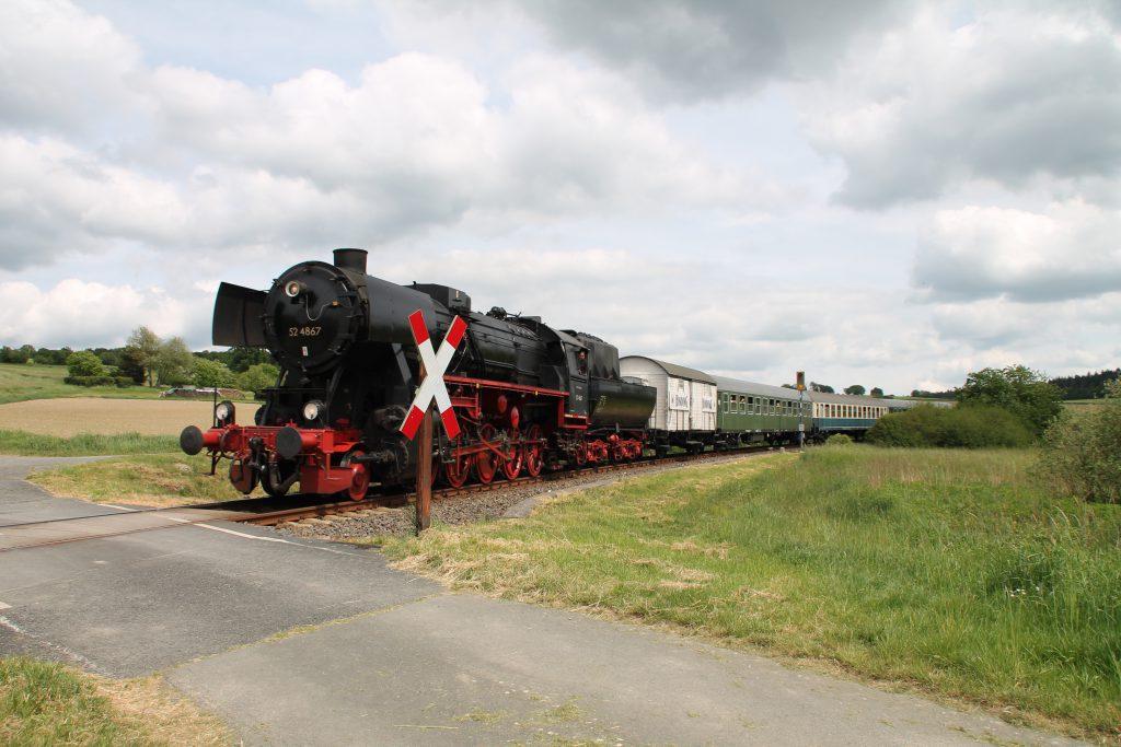 52 4867 an einem Bahnübergang bei Hundstadt auf der Taunusbahn, aufgenommen am 21.05.2016.