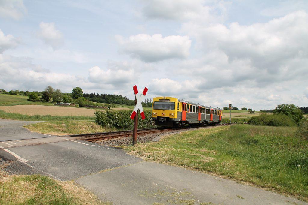 Ein VT2E der HLB an einem Bahnübergang bei Hundstadt auf der Taunusbahn, aufgenommen am 21.05.2016.