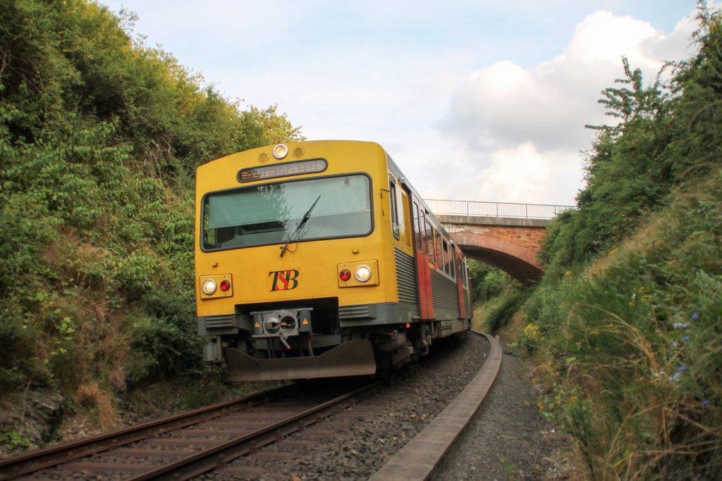 Ein VT2E der HLB zwischen Hundstadt und Grävenwiesbach auf der Taunusbahn, aufgenommen am 15.07.2016.