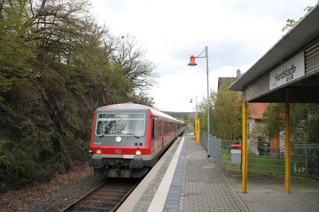628 429 und 628 429 am Haltepunkt Hundstadt auf der Taunusbahn, aufgenommen am 23.04.2016.