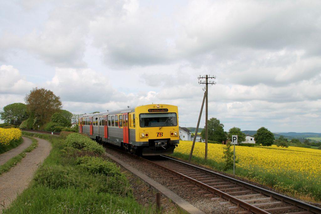 Ein VT2E der HLB bei Hundstadt auf der Taunusbahn, aufgenommen am 21.05.2016.