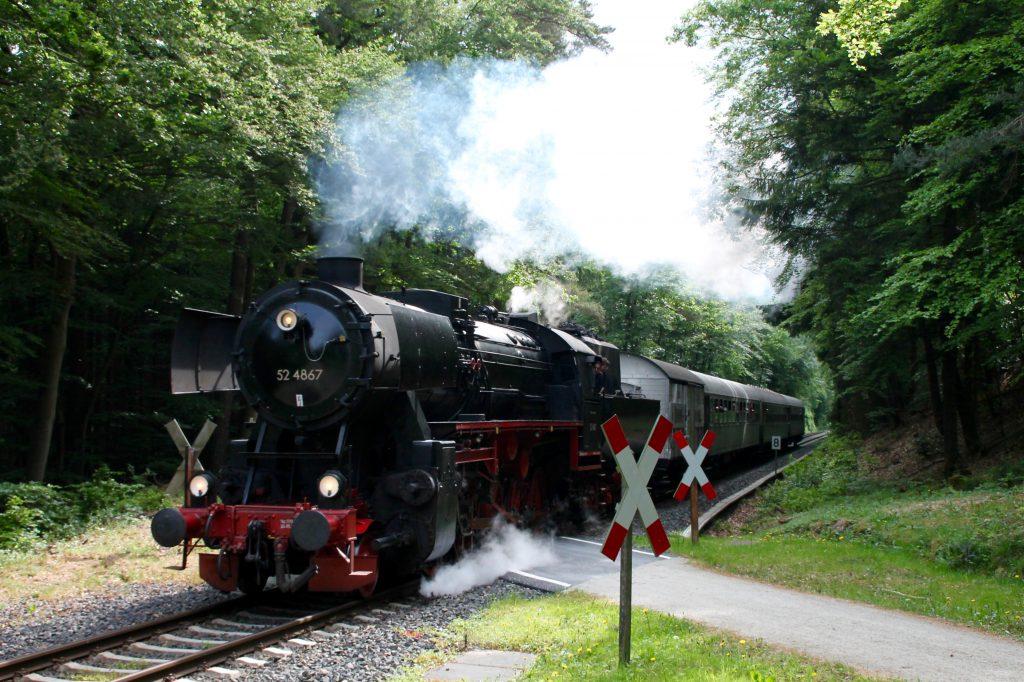 52 4867 an einem unbeschranktem Bahnübergang im Köpperner Wald auf der Taunusbahn, aufgenommen am 21.05.2016.