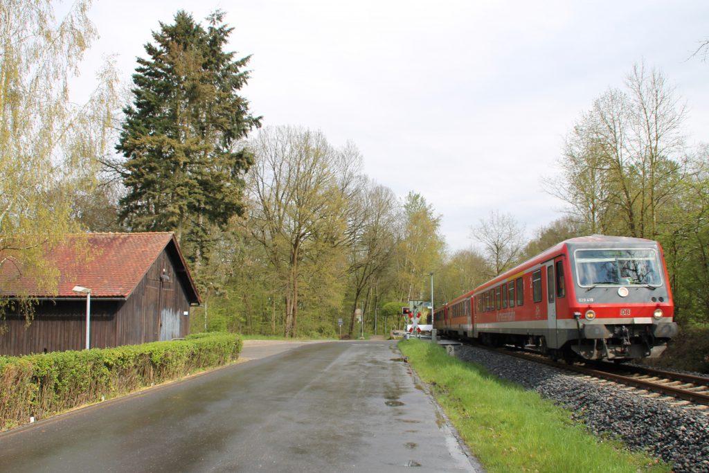 628 429 und 628 429 am Bahnübergang am Waldkrankenhaus in Köppern auf der Taunusbahn, aufgenommen am 23.04.2016.