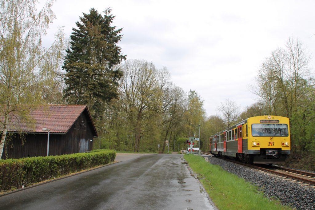 Ein VT2E der HLB am Bahnübergang am Waldkrankenhaus in Köppern auf der Taunusbahn, aufgenommen am 23.04.2016.