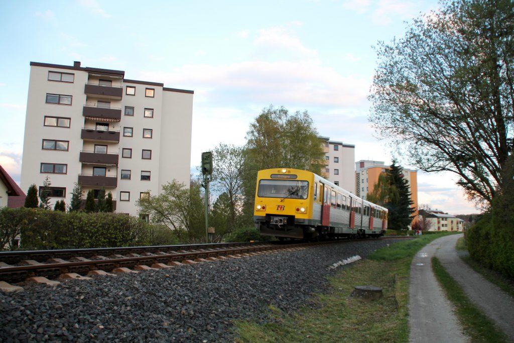 Ein VT2E der HLB bei Köppern auf der Taunbusbahn, Ziel der Fahrt ist Usingen, aufgenommen am 23.04.2016.