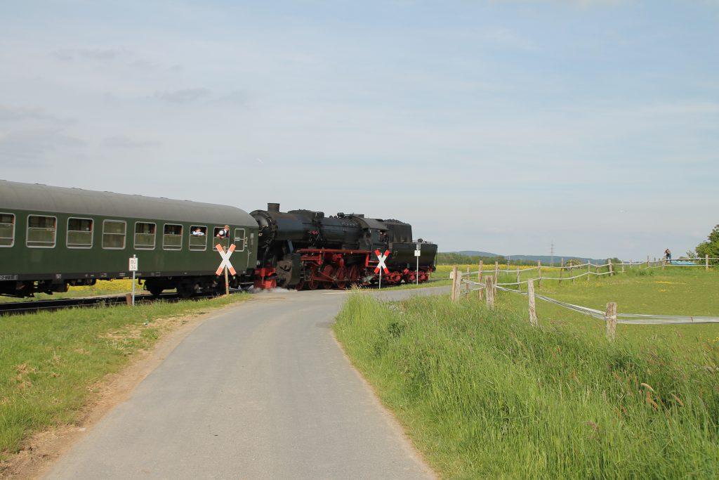 52 4867 an einem unbeschranktem Bahnübergang bei Neu Anspach auf der Taunusbahn, aufgenommen am 21.05.2016.