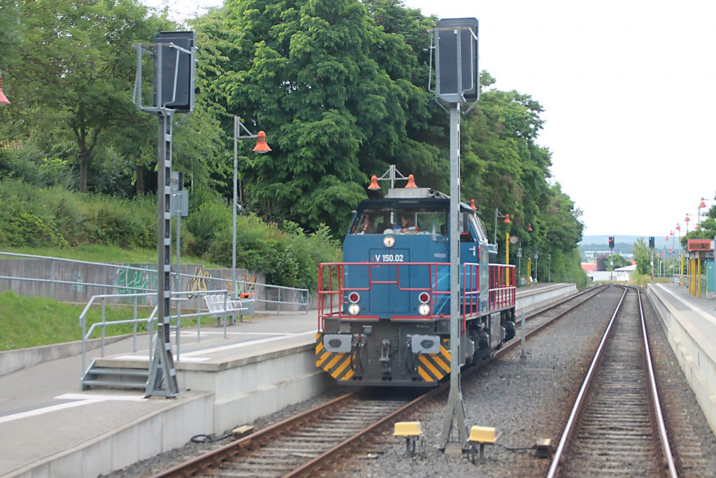 V150.02 der HGB wartet auf die Zugkreuzung im Bahnhof Neu Anspach auf der Taunusbahn, aufgenommen am 15.07.2016.