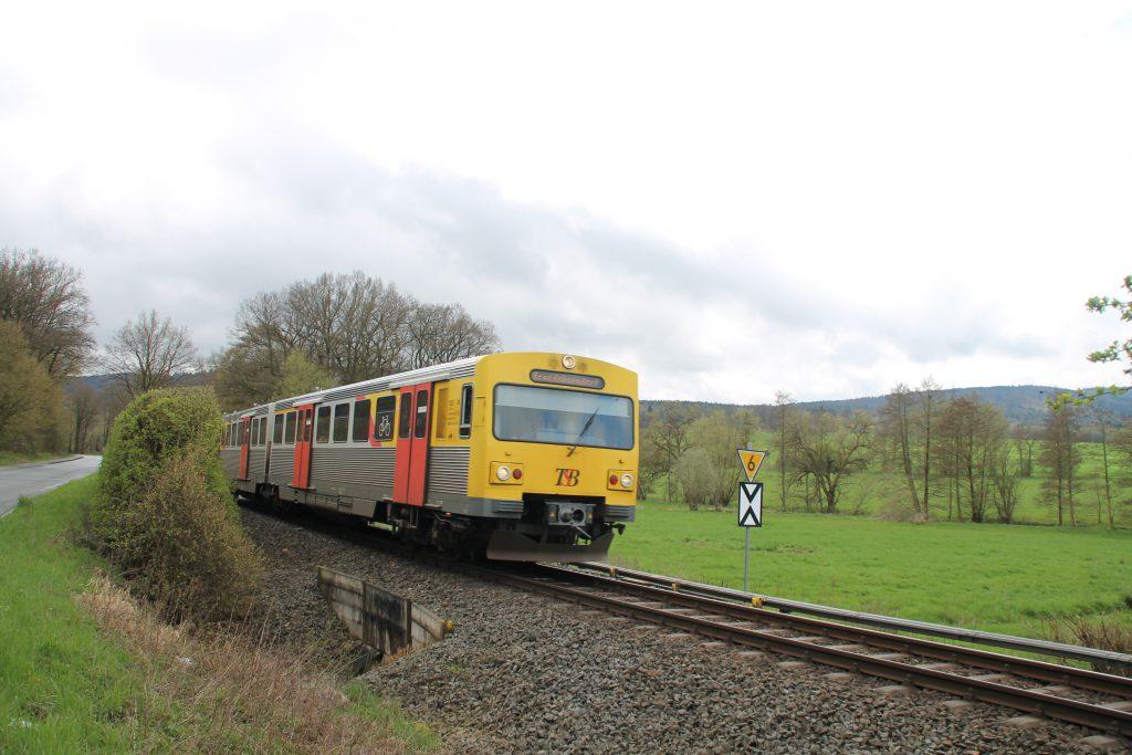 Ein VT2E der HLB kurz vor Wehrheim auf der Taunusbahn, aufgenommen am 16.04.2016.