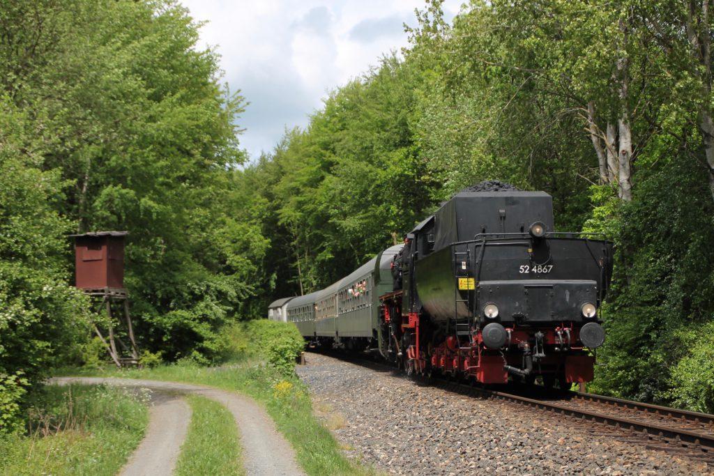52 4867 im Usinger Wald auf der Taunusbahn, aufgenommen am 21.05.2016.