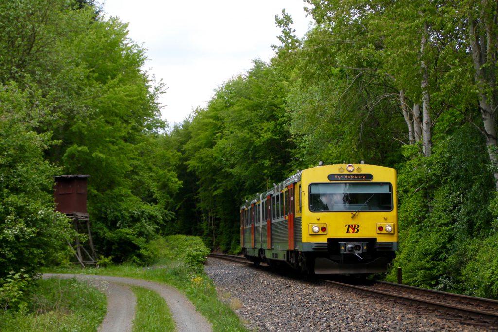 Ein VT2E der HLB im Usinger Wald auf der Taunusbahn, aufgenommen am 21.05.2016.