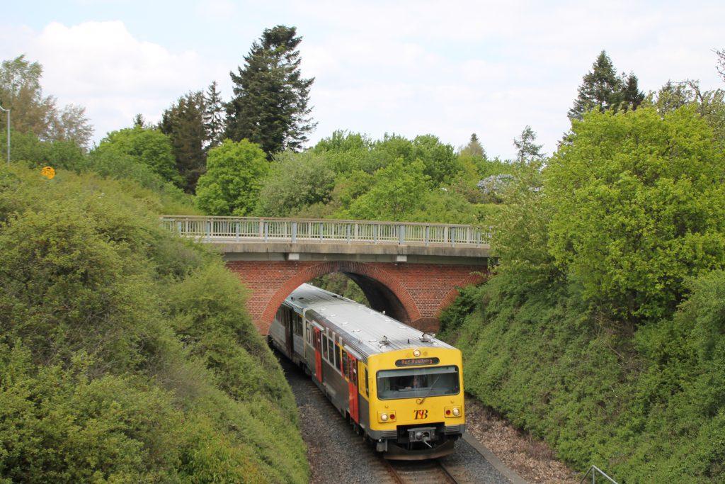 Ein VT2E der HLB verlässt den Bahnhof Usingen, aufgenommen am 15.05.2016.