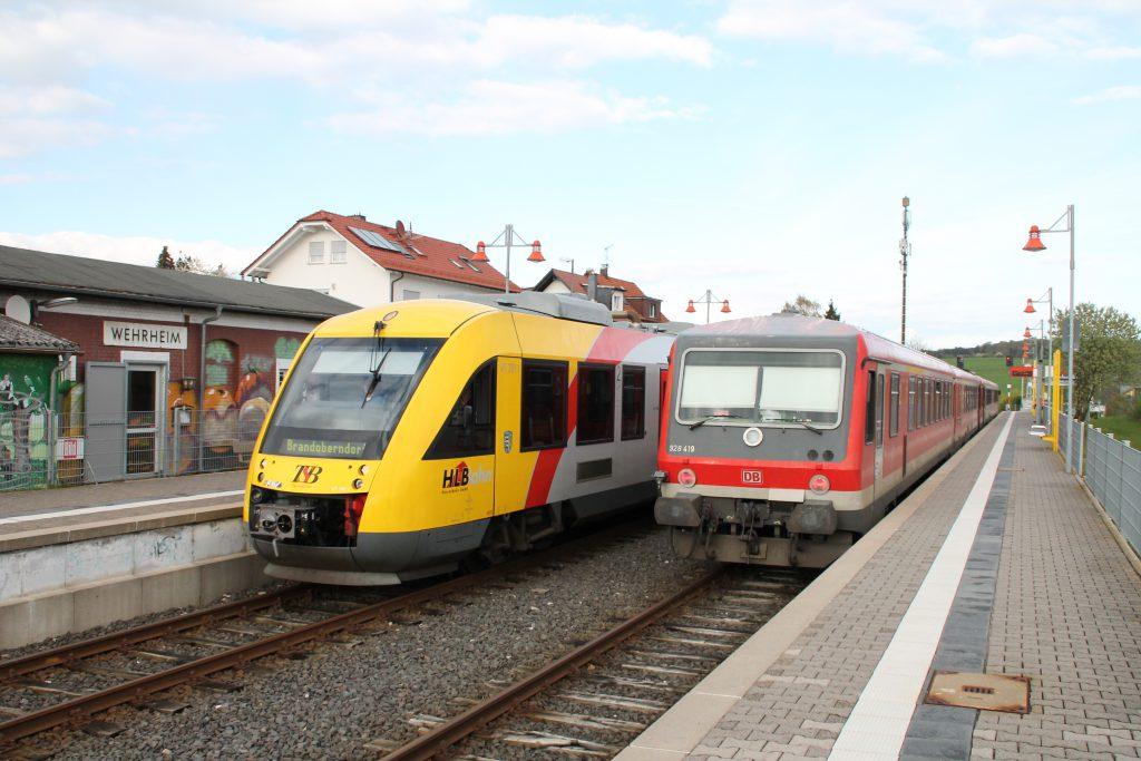 Zugkreuzung zwischen einem LINT der HLB und 628 419 im Bahnhof Wehrheim auf der Taunusbahn, aufgenommen am 23.04.2016.
