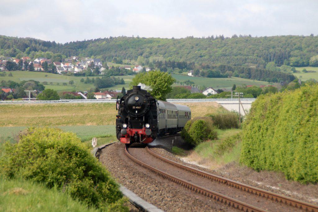 52 4867 bei Hausen auf der Taunusbahn, aufgenommen am 21.05.2016.