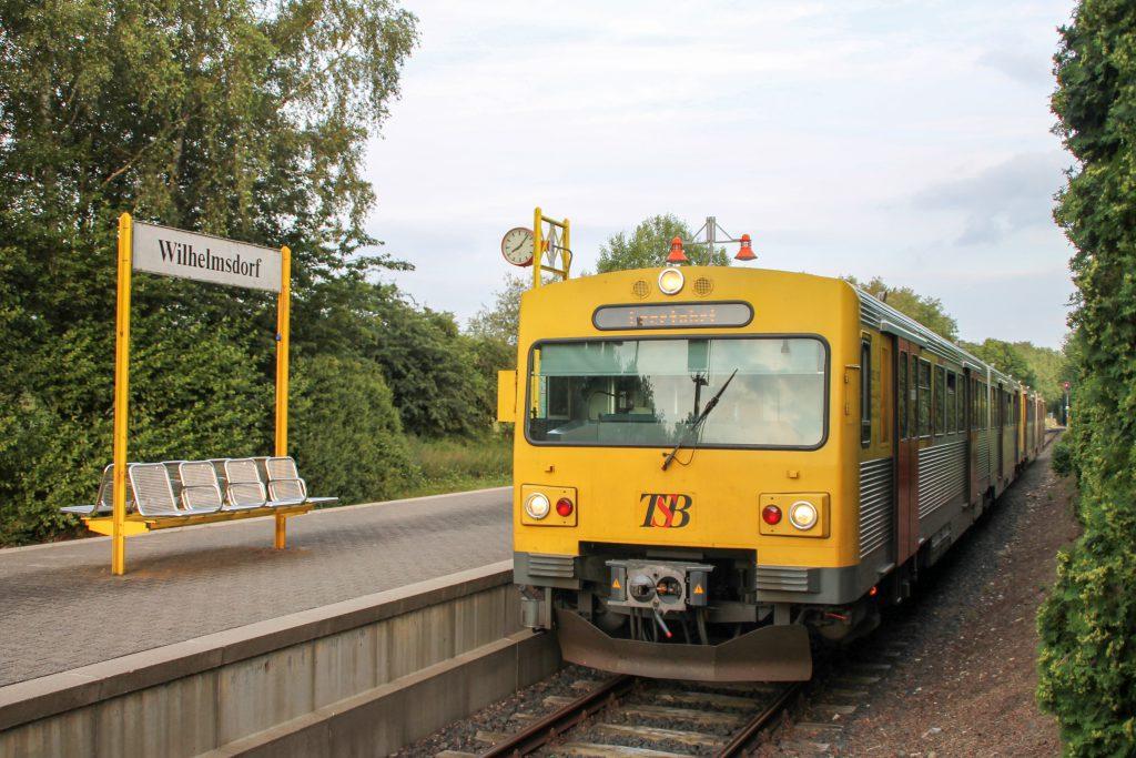 Zwei VT2E der HLB warten im Bahnhof Wilhelmsdorf auf die Zugkreuzung, aufgenommen am 15.07.2016.
