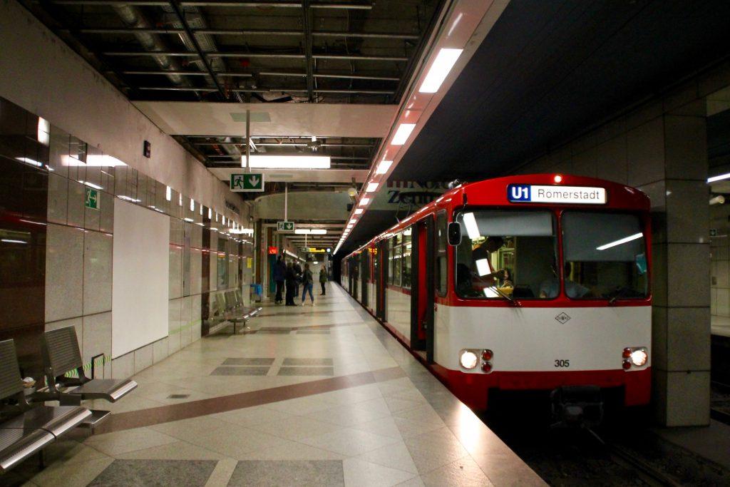 """U2 Wagen der VGF an in der Station """"Main-Taunus-Zentrum"""", aufgenommen am 03.04.2016."""