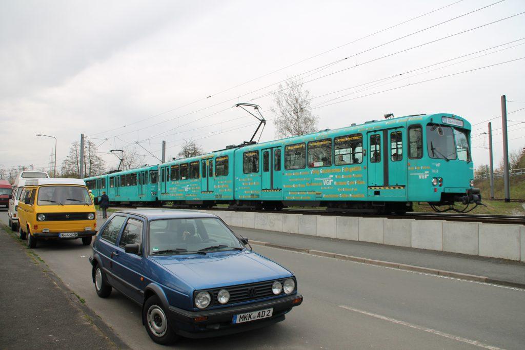 U2 Wagen der VGF stilecht mit alten Autos in Niederursel, aufgenommen am 03.04.2016.