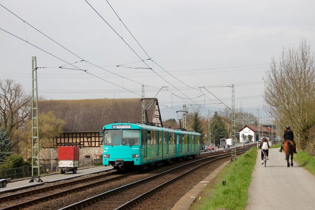 U2 Wagen der VGF an den alten Mühlen in Niederursel, aufgenommen am 03.04.2016.