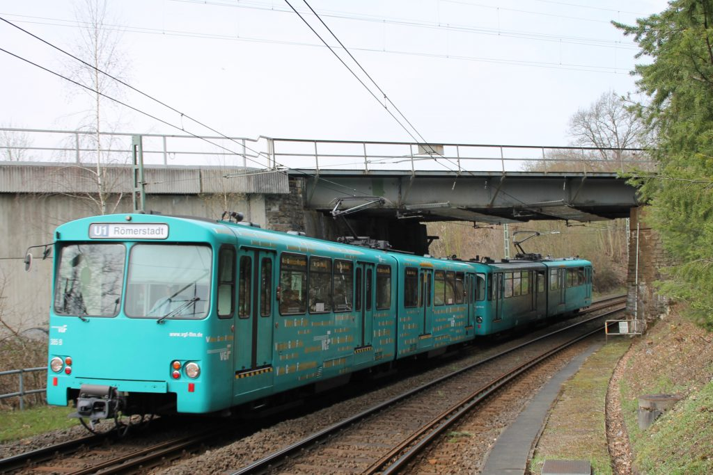 U2 Wagen der VGF unterquert die Homburger Bahn in Oberursel, aufgenommen am 03.04.2016.