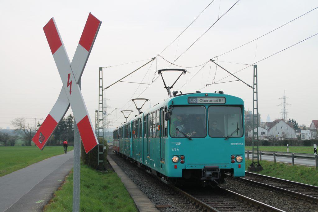 U2 Wagen der VGF an einem unbeschranktem Bahnübergang bei Weisskirchen, aufgenommen am 03.04.2016.