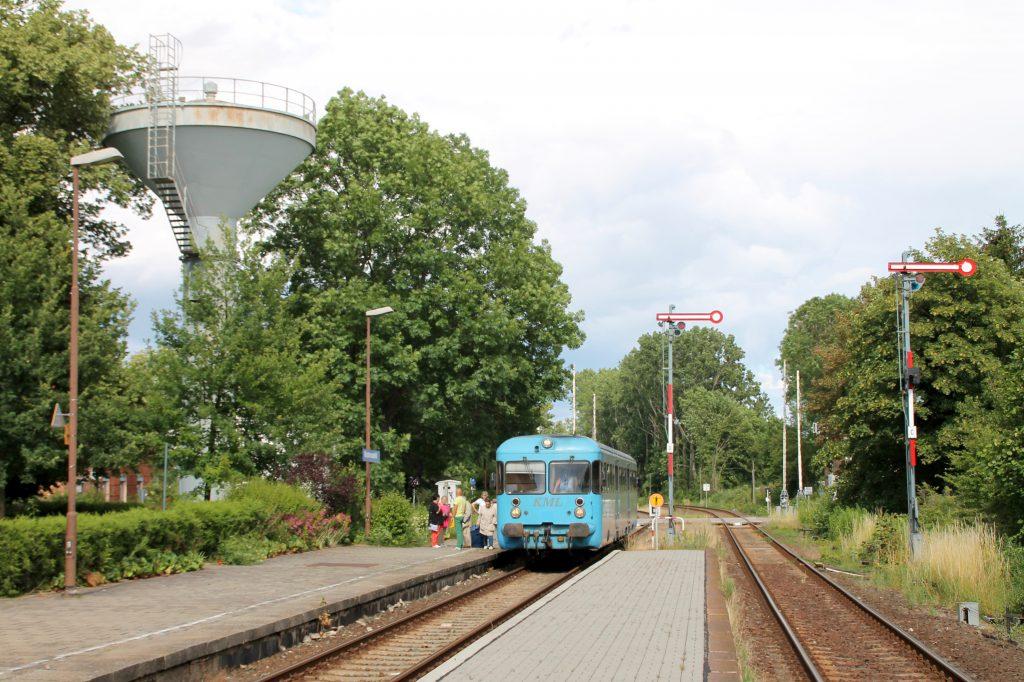 Die Wipperliese hält im Bahnhof Klostermansfeld, aufgenommen am 03.07.2016.