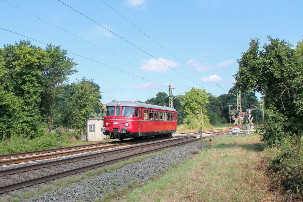 Ein MAN-Schienenbus überquert den Bahnübergang bei Dillheim auf der Dillstrecke, aufgenommen am 07.08.2016.