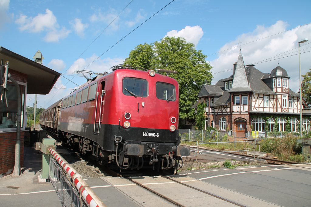140 846 durchquert mit ihrem Güterzug den Bahnhof Dutenhofen auf der Dillstrecke, aufgenommen am 30.07.2016.