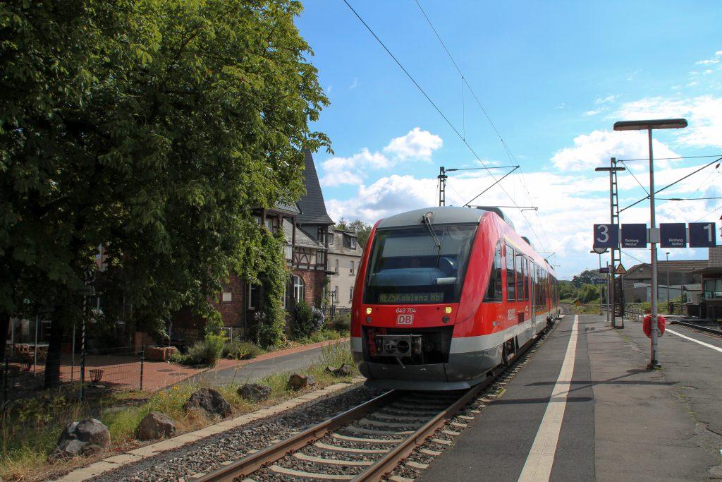 648 204 durchquert den Bahnhof Dutenhofen auf der Dillstrecke, aufgenommen am 30.07.2016.