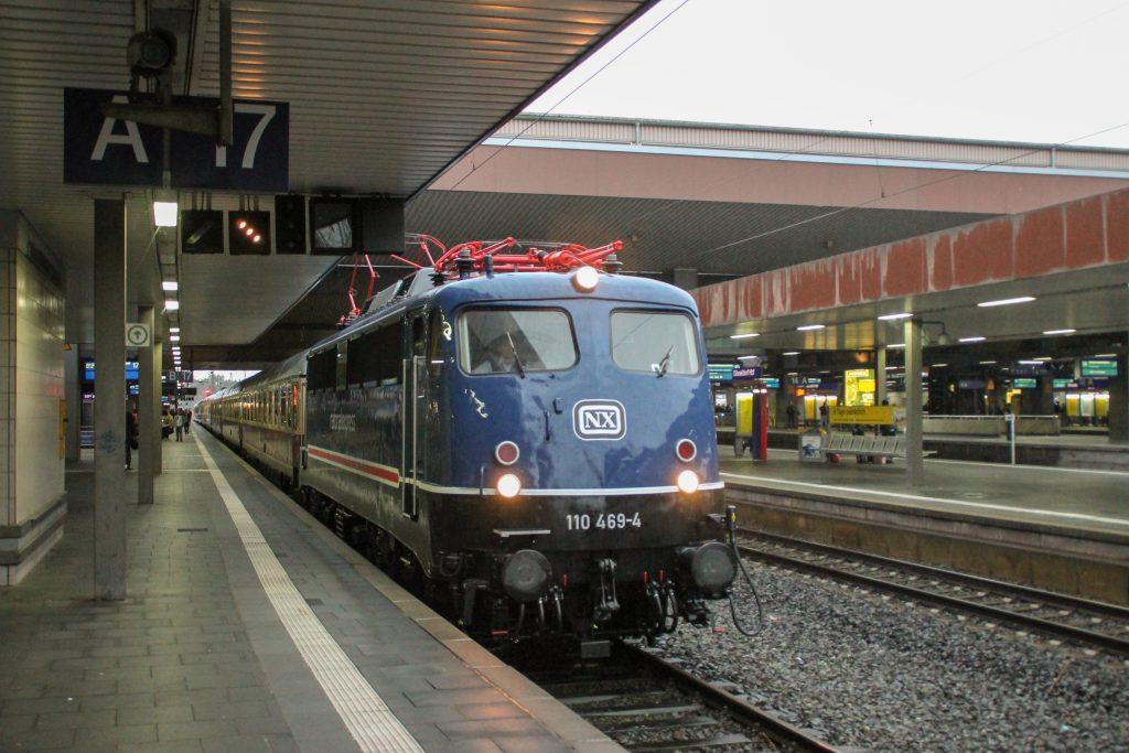 110 496 erreicht mit ihrem Rheingold-Sonderzug den Hauptbahnhof Düsseldorf, aufgenommen am 11.08.2016.