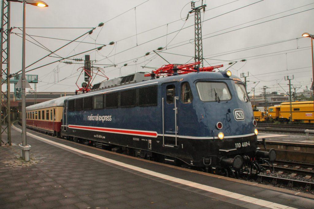 110 496 hält mit ihrem Rheingold-Sonderzug den Hauptbahnhof Düsseldorf, aufgenommen am 11.08.2016.