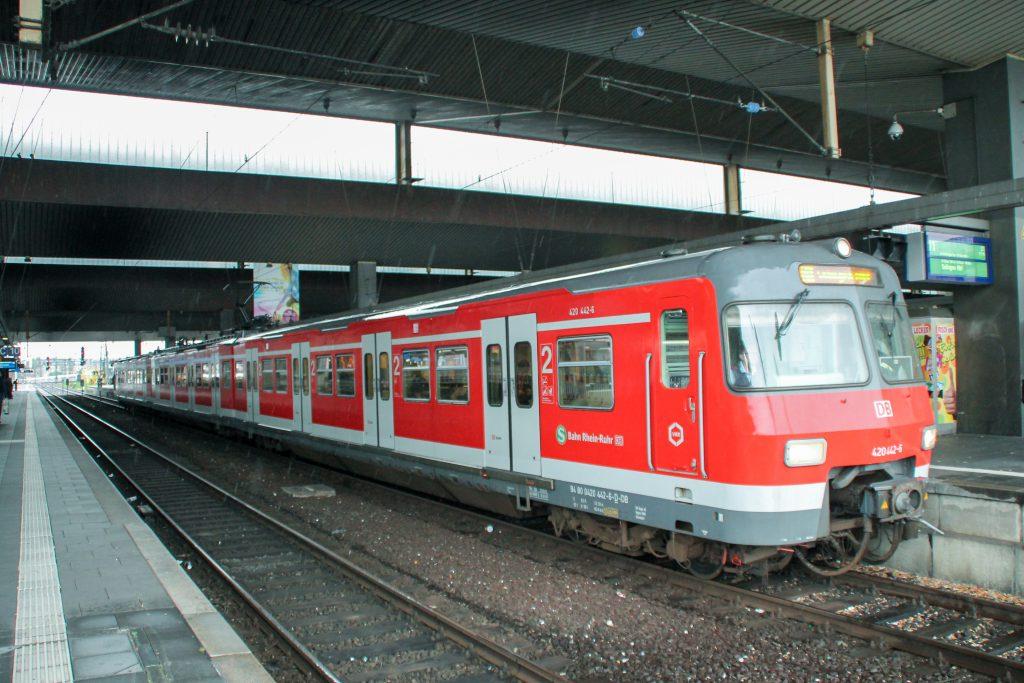 420 442 wartet im Hauptbahnhof Düsseldorf auf die Abfahrt, aufgenommen am 11.08.2016.