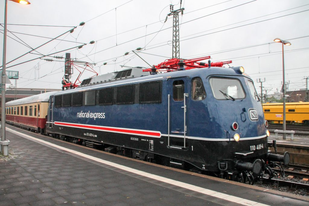 110 496 verlässt mit ihrem Rheingold-Sonderzug den Hauptbahnhof Düsseldorf, aufgenommen am 11.08.2016.