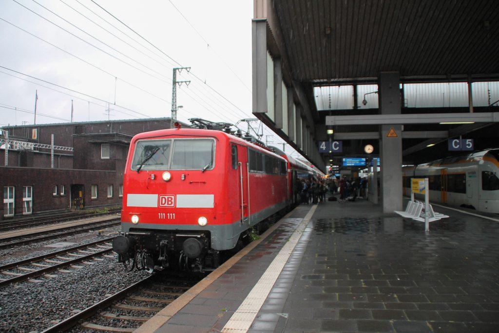 111 111 steht mit ihrem Zug aus Doppelstockwagen im Hauptbahnhof Düsseldorf, aufgenommen am 11.08.2016.