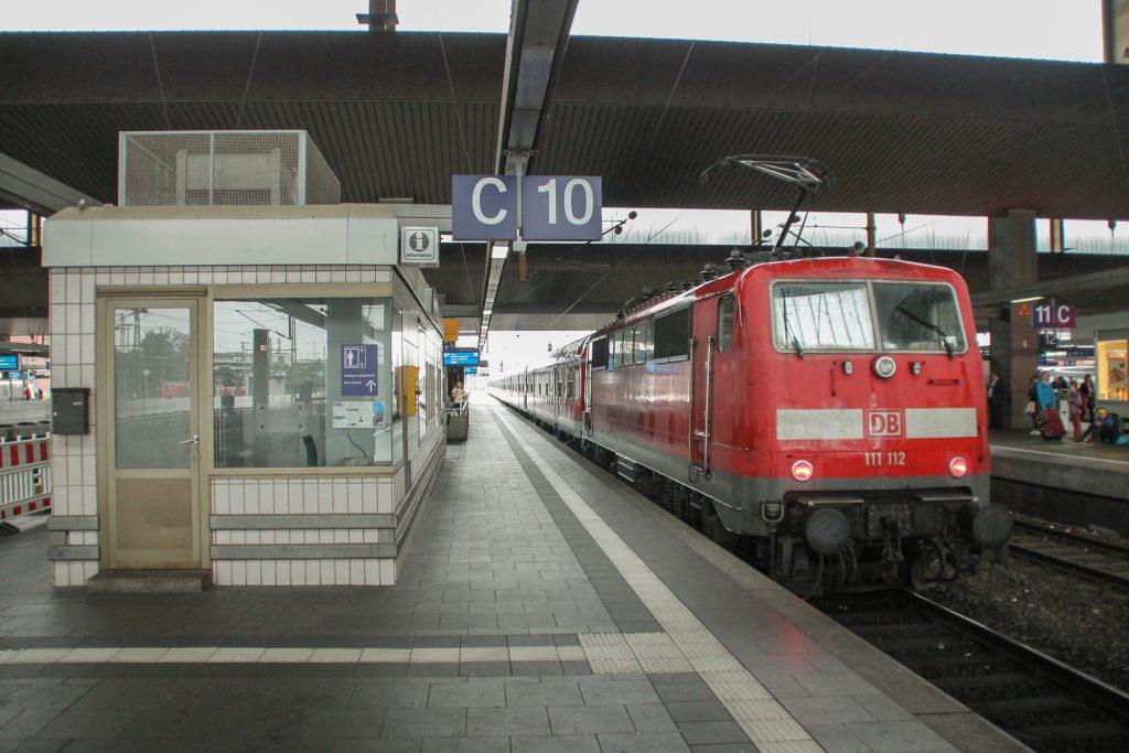 111 112 hält im Hauptbahnhof Düsseldorf, aufgenommen am 11.08.2016.