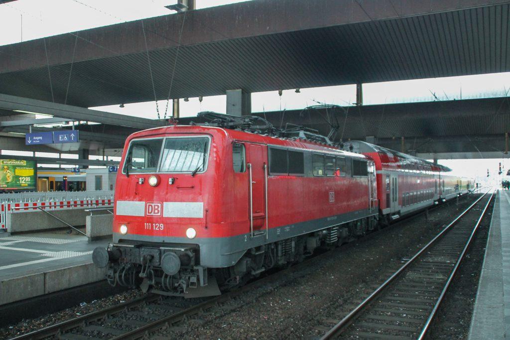 111 129 hält im Hauptbahnhof Düsseldorf, aufgenommen am 11.08.2016.