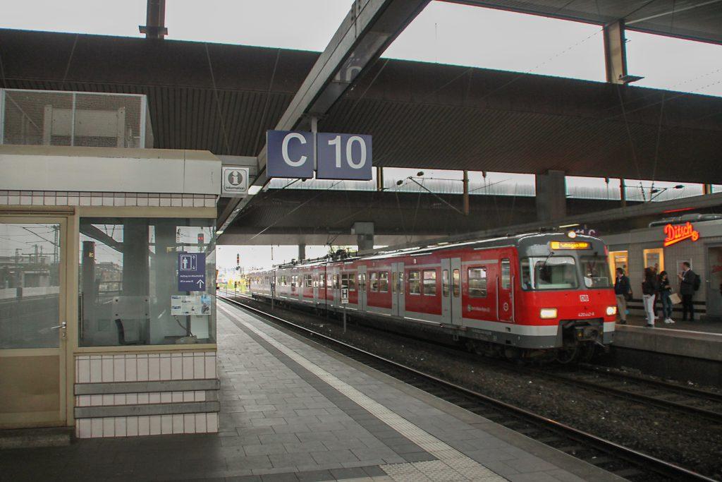 420 442 hält im Hauptbahnhof Düsseldorf, aufgenommen am 11.08.2016.