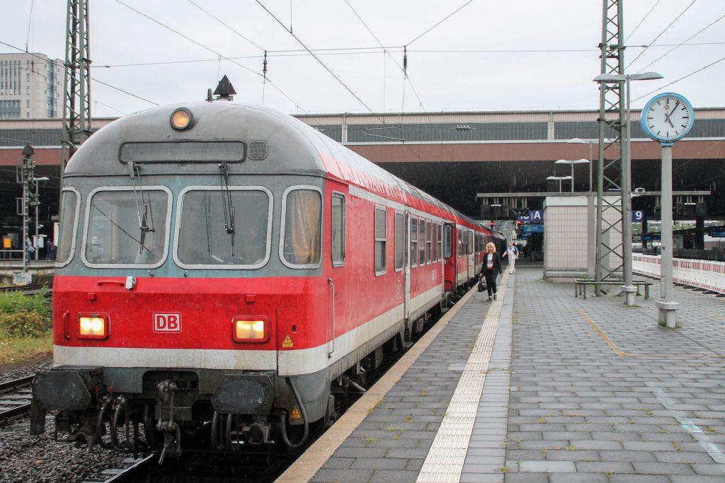 Ein Steuerwagen mit Karsruher Kopf steht im Hauptbahnhof Düsseldorf, aufgenommen am 11.08.2016.