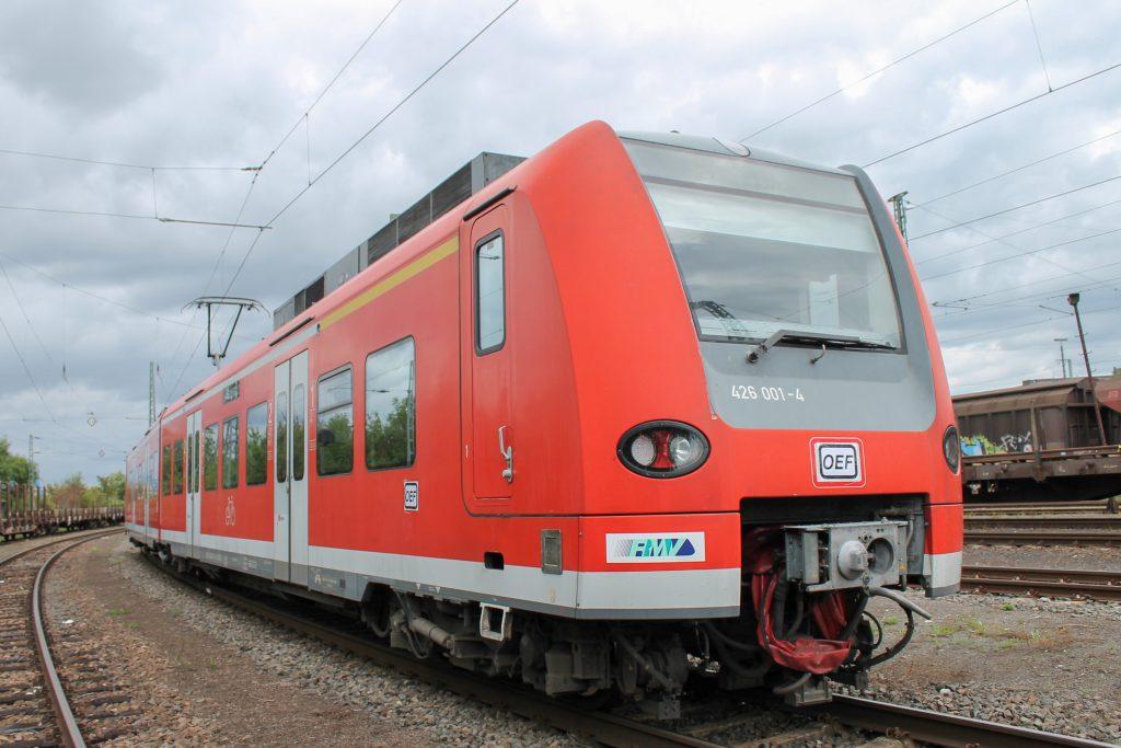 426 001 steht geschmückt für die Oberhessischen Eisenbahnfreunde in Gleis 63 des Bahnhof Gießen, aufgenommen am 30.08.2014.