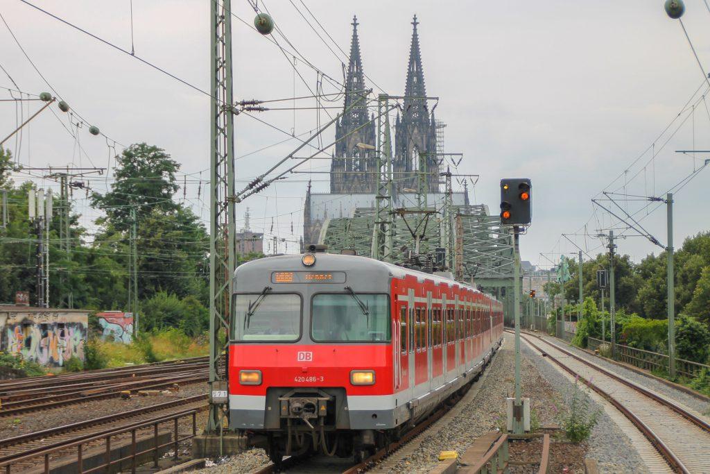 420 468 verlässt die Hohenzollernbrücke und erreicht Köln-Deutz, aufgenommen am 11.08.2016.