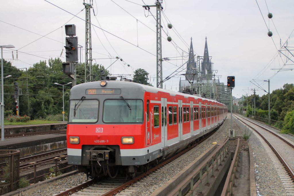 420 468 erreicht Köln-Deutz, aufgenommen am 11.08.2016.