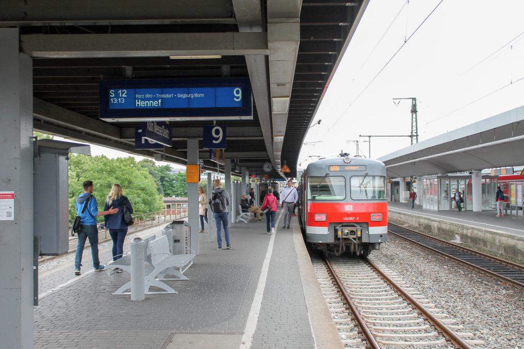 420 457 hält in Köln-Deutz, aufgenommen am 11.08.2016.