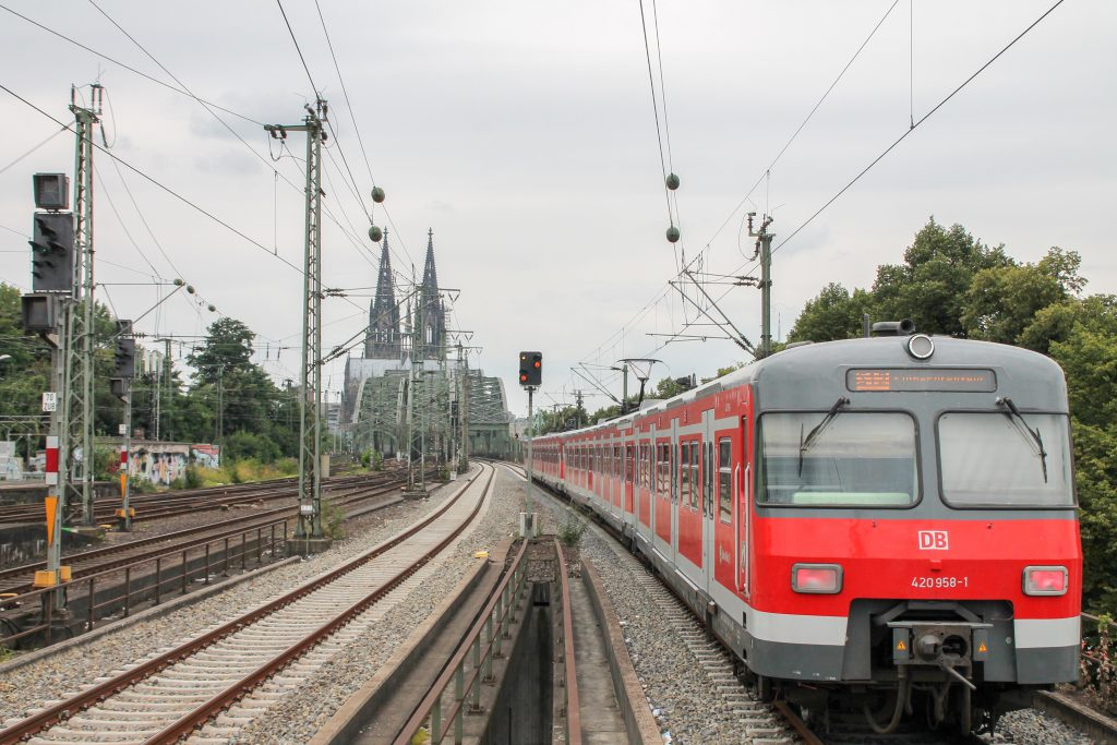 420 458 verlässt Köln-Deutz in Richtung Hohenzollernbrücke, aufgenommen am 11.08.2016.