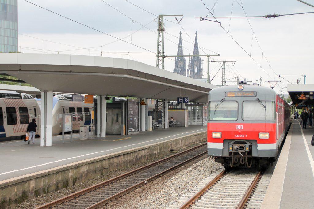 420 458 hält in Köln-Deutz, aufgenommen am 11.08.2016.