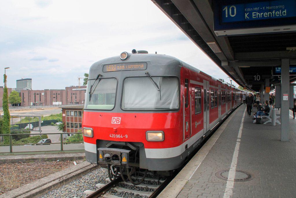 420 464 beim Halt in Köln-Deutz, aufgenommen am 11.08.2016.