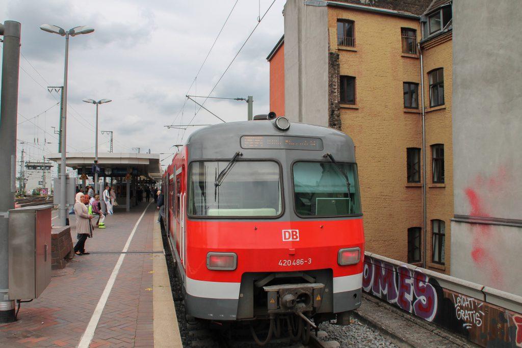 420 486 erreicht Köln-Hansaring, aufgenommen am 11.08.2016.