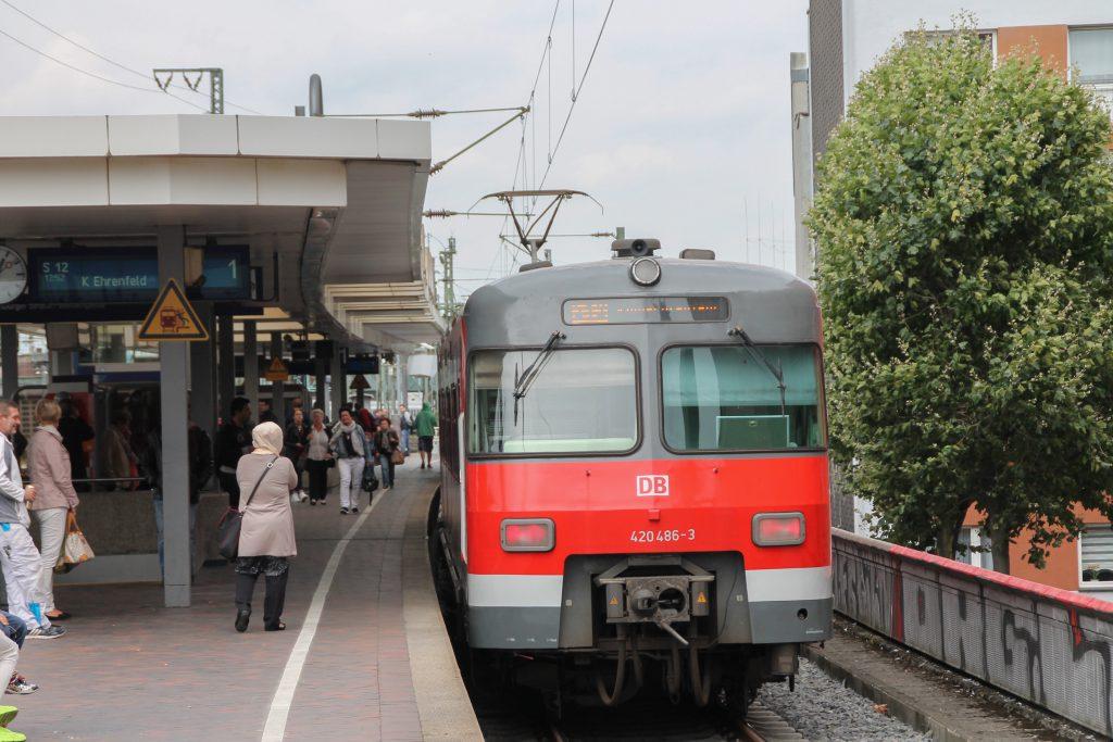 420 486 wartet in Köln-Hansaring auf die Weiterfahrt, aufgenommen am 11.08.2016.