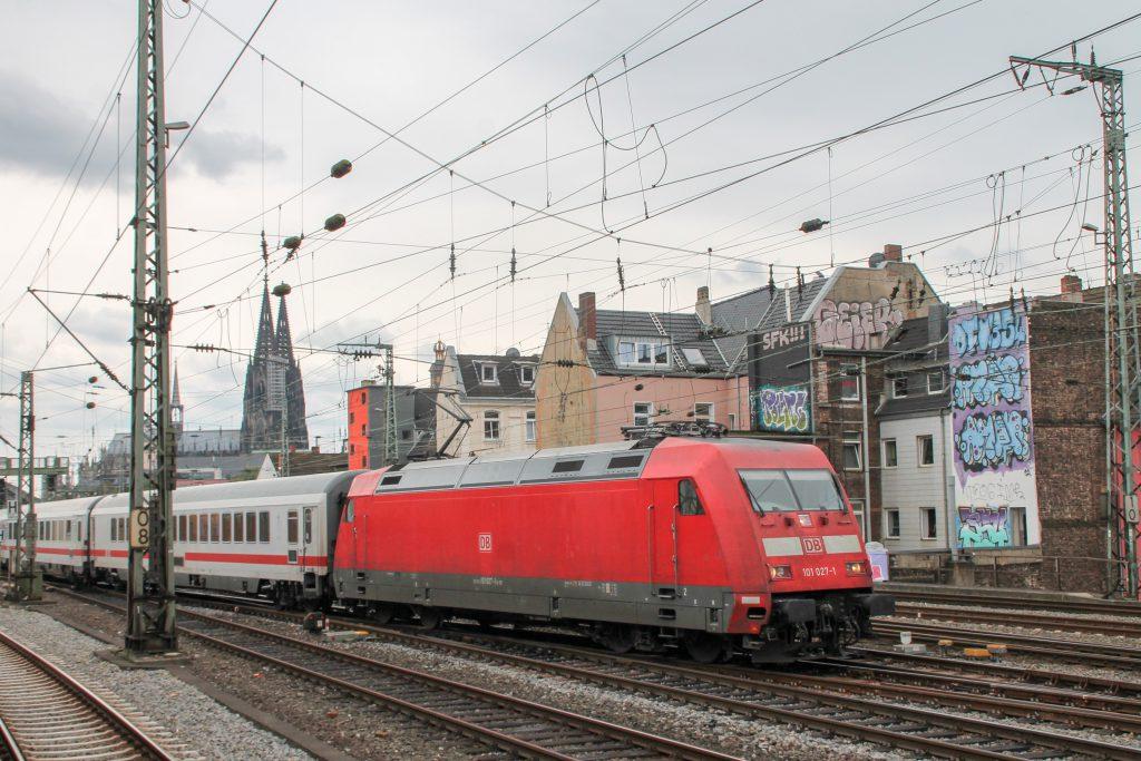 101 027 bei der Durchfahrt in Köln-Hansaring, aufgenommen am 11.08.2016.