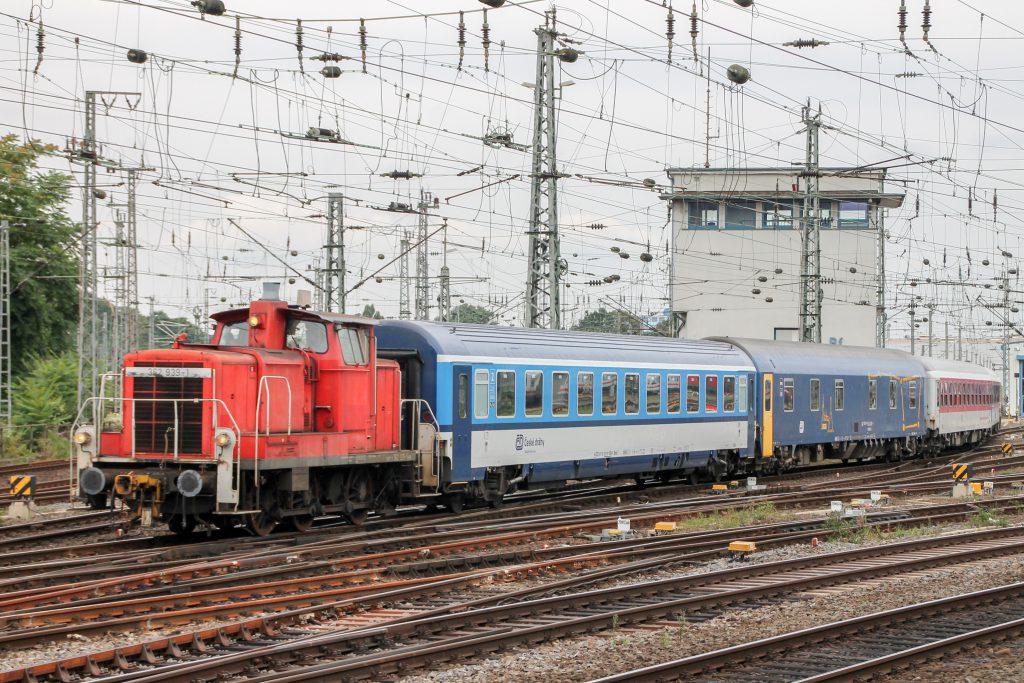 362 939 rangiert mit einem bunten Wagenzug in Köln-Hansaring, aufgenommen am 11.08.2016.