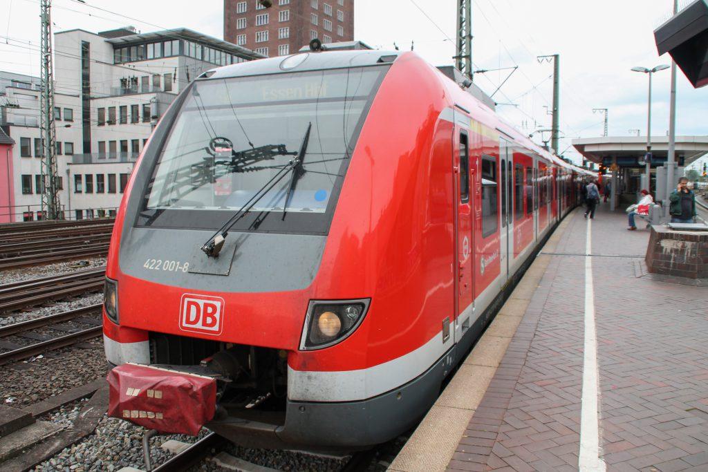 422 001 wartet in Köln-Hansaring auf die Abfahrt, aufgenommen am 11.08.2016.