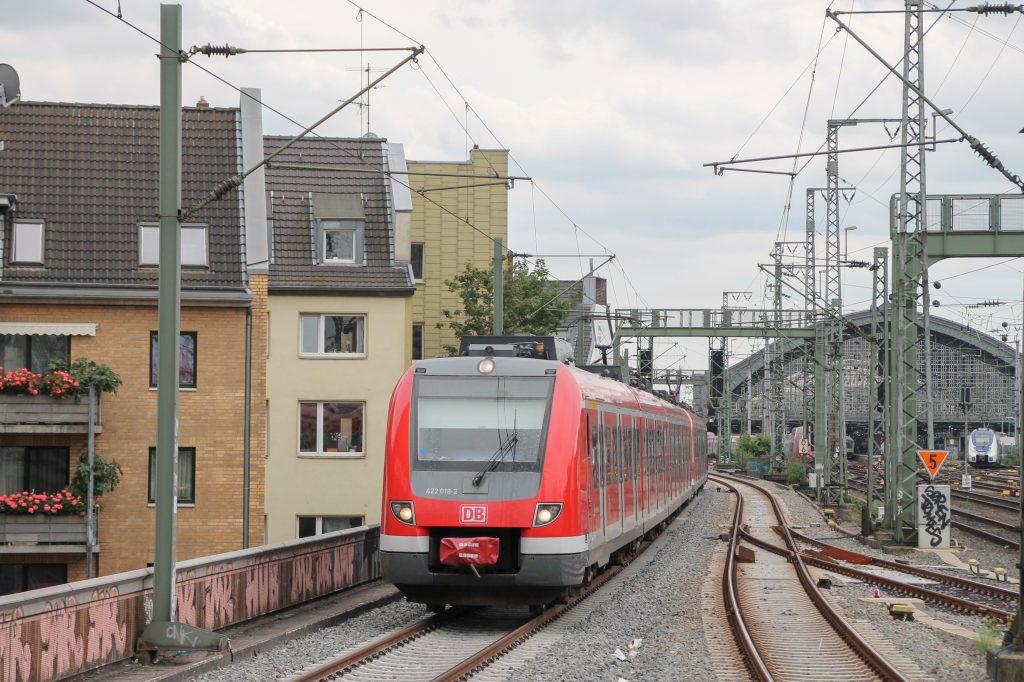 422 018 erreicht Köln-Hansaring, aufgenommen am 11.08.2016.