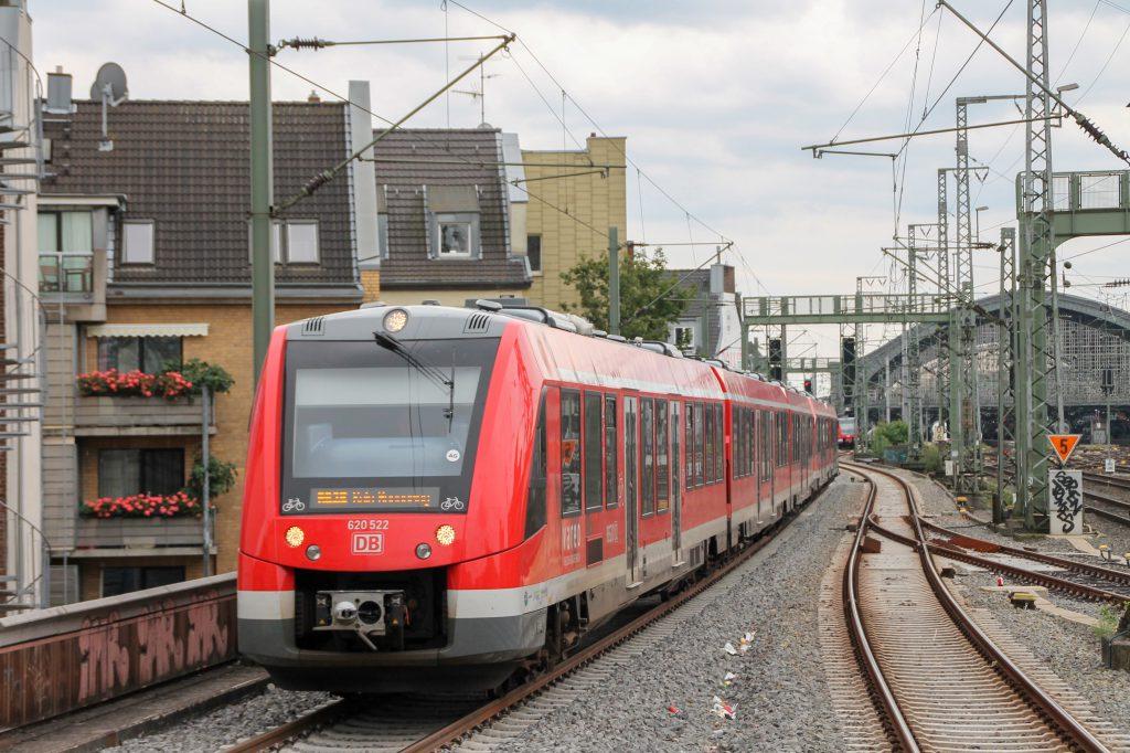 620 022 erreicht Köln-Hansaring, aufgenommen am 11.08.2016.